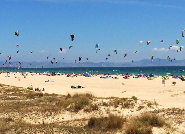 tarifa-beach-kitesurfers